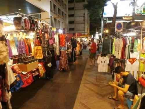 13c98d6b1138a إنه سوق كبير يقام يوم الأحد من كل أسبوع وهو عبارة عن شارع طويل يقصده الناس  لشراء احتياجاتهم، وهو من أكثر الأسواق الليلية في بانكوك، ويحتوي هذا السوق  على ...
