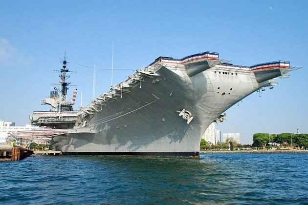 متحف حاملة الطائرات Midway Aircraft Carrier Museum