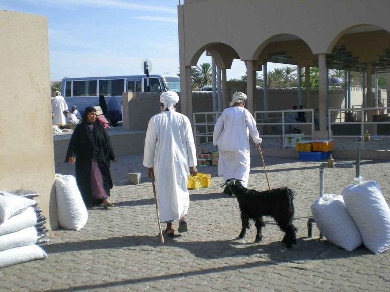 - سوق عبري..