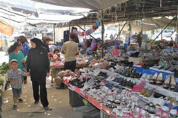- سوق الجمعة في تبنين الجنوبية لبيع الملابس المستعملة بأبخس الأثمان ..