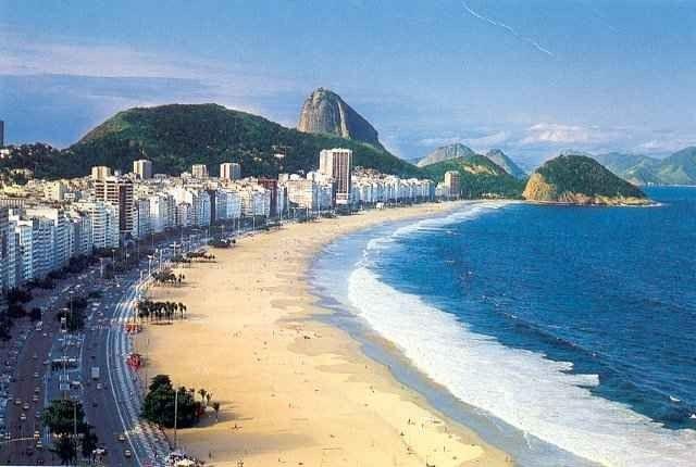 """- قم بزيارة شاطئ كوباكابانا copacabana beach"""""""" حيث افضل اماكن السياحة في ريو دى جانيرو.."""