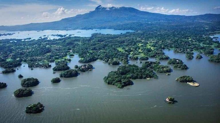 """- قم بزيارة ..بحيرة """"ماناجوا""""..واحدة من افضل اماكن السياحة في نيكاراجوا.."""