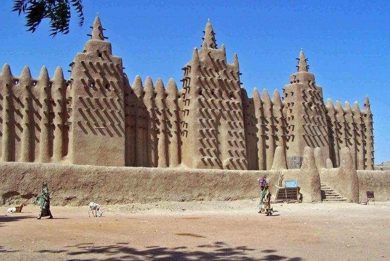 """- لا يفوتك زيارة..مسجد """"الجمعة القديم""""..أهم الاماكن السياحية في مالى.."""