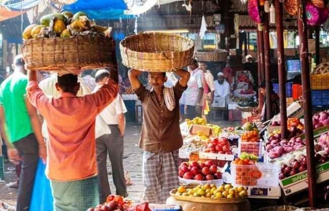 """- سوق """"لاوغاردن""""..واحدة من أهم معالم السياحة في أحمد أباد الهند..."""