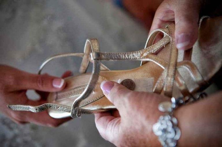 """""""وضع النقود فى حذاء العروس"""" ..واحدا من أقدم عادات وتقاليد الزواج فى بريطانيا..."""