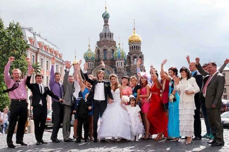 """""""إلتقاط الصور بالحدائق""""..واحدة من أشهر عادات وتقاليد الزواج في روسيا .."""