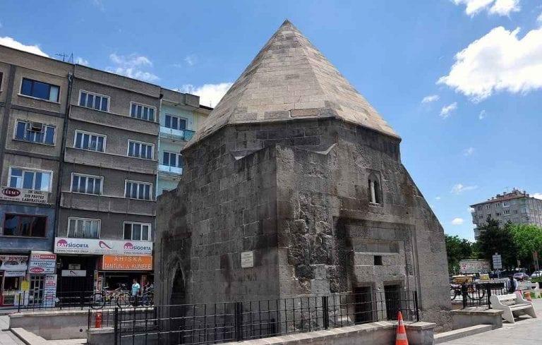 """"""" قبة ألاجا الهرميةAlaca"""" .. افضل معالم السياحة في قيصري .."""