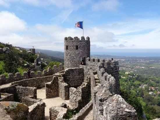 """قلعة """"المور""""Castle of the Moors""""..افضل معالم السياحة في سينترا البرتغال.."""