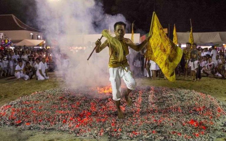 عادات وتقاليد الهند India - السير حفاة على النار