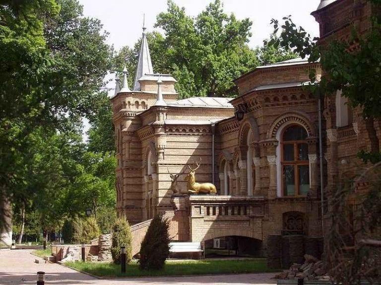 """قصر """"الأمير رومانوف""""..واحدا من أفضل الاماكن السياحية في طشقند.."""