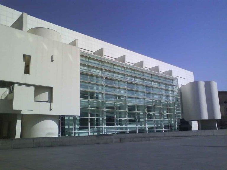 """"""" متحف برشلونة للفن المعاصرMuseu d'ArtContemporani deBarcelona"""" .."""