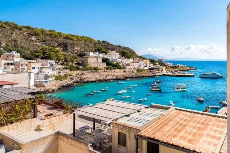 """قرية """"كالا دوغانا""""..واحدة من أهم الاماكن السياحية في جزيرة ليفانزو الإيطالية.."""