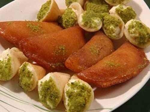 اكلات مشهورة Qatayef-with-cream