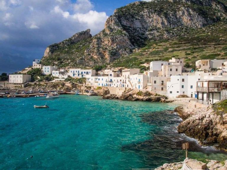 """لا يفوتك الذهاب إلى خليج """"كالا ترامونتانا""""..واحدا من أهم معالم السياحة في ليفانزو الإيطالية."""
