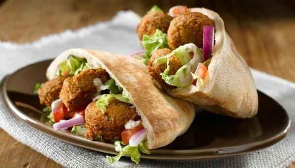 اكلات مشهورة Pita-falafel