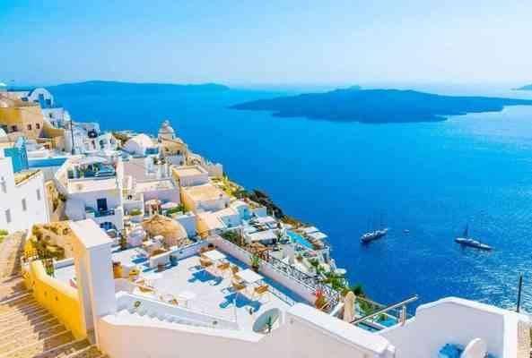 """""""السباحة بجزر سانتورينى""""..أحد افضل الانشطة السياحية في اليونان..."""