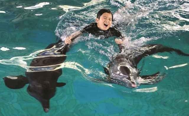 """""""السباحة""""..بشواطىء جاكرتا..أحد أجمل الانشطة السياحية في اندونيسيا.."""