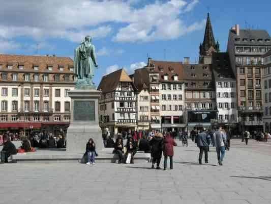 """""""ساحة غوتنبرغ""""..واحدة من أهم المناطق السياحية القريبة من باريس.."""