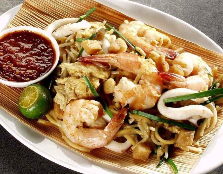 يتنوع المطبخ السنغافوري . ويحتوي أيضآ علي عناصر مختلفه من