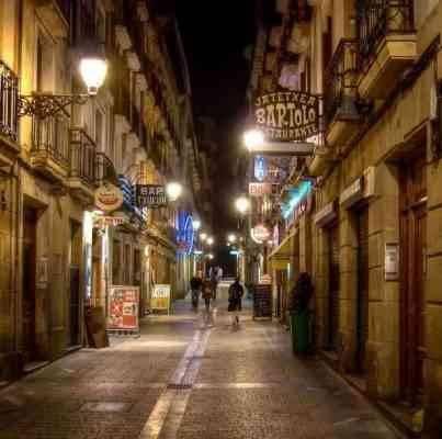 """""""المدينة القديمة""""..أحد أفضل المناطق السياحية القريبة من برشلونة.."""