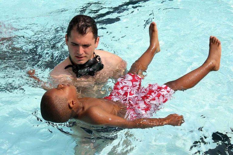 كيف أتعلم السباحة