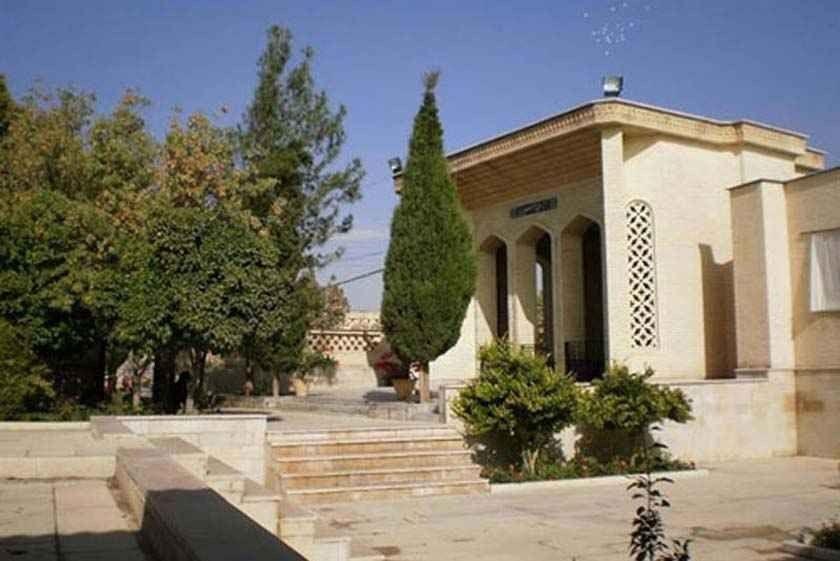 قبر سيبويه .. سيرة ذاتية عن سيبويه