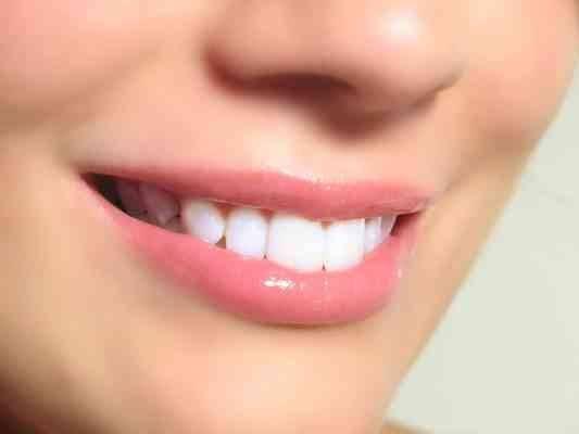 استخدامات قشر الموز للأسنان