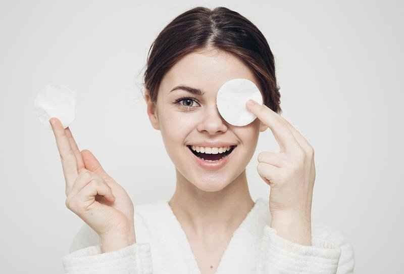 طريقة تنظيف الهالات السوداء تحت العين