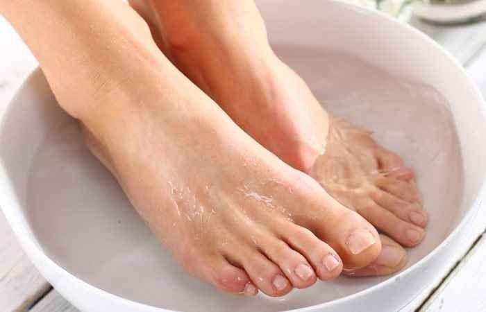 طرق لتنظيف القدمين