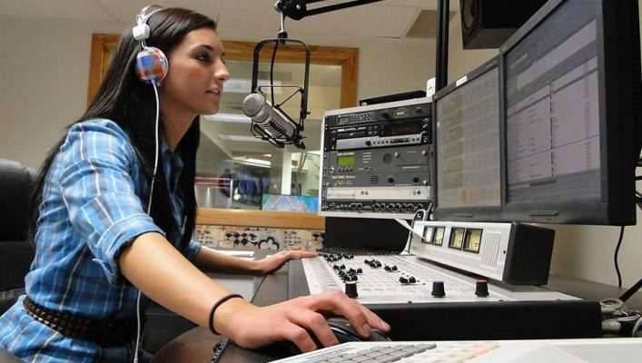 الاستماع إلى راديو إسبانيّ