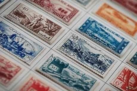 من اخترع الطوابع البريدية
