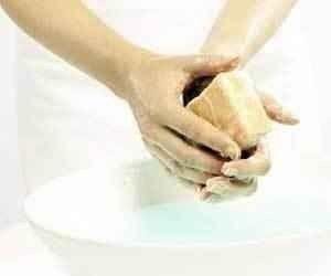 طريقة تنظيف اليدين من السواد