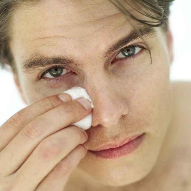 تنظيف البشرة الدهنية للرجال