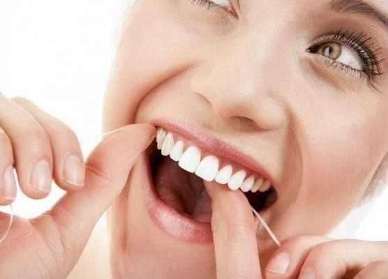 تنظيف الاسنان بالخيط