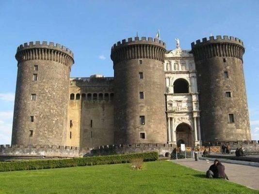 Castel Nuovo - السياحة في نابولي 2019