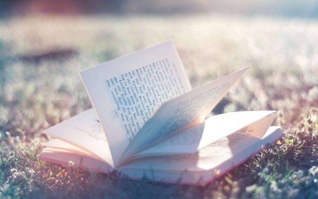 حكم بالانجليزي عن الكتب من الأدباء