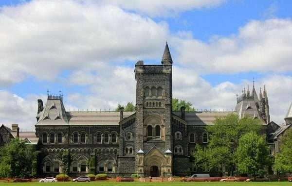 الجامعات في تورنتو كندا
