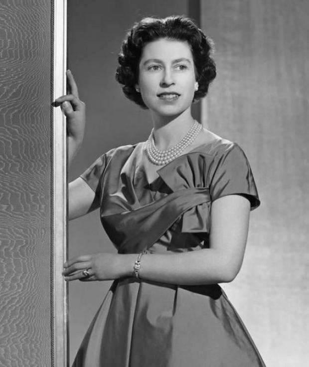 حياة الملكة اليزابيث في الصغر