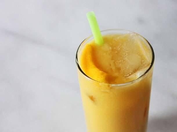 عصير جوز الهند والمانجو