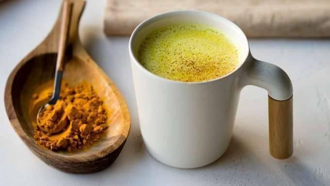عصير حليب جوز الهند البارد مع الكركم