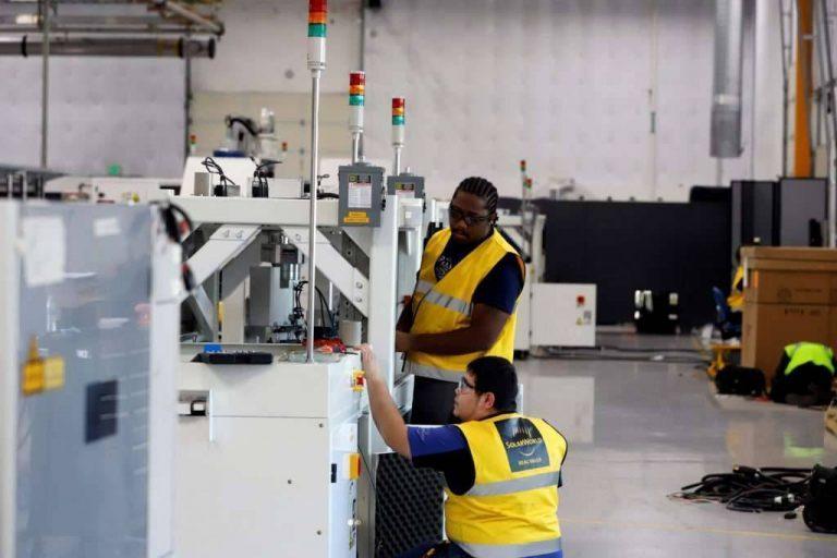 بماذا تشتهر ولاية داكوتا الجنوبية الأمريكية في الصناعة والتجارة