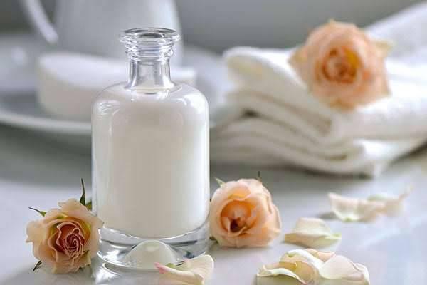 فوائد غسل الوجه بالحليب يوميا