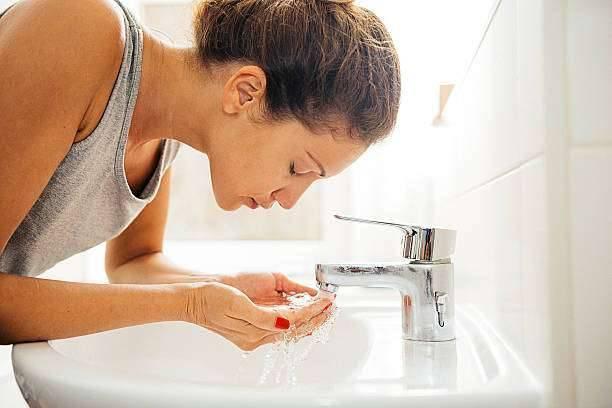 فوائد غسل الوجه قبل النوم