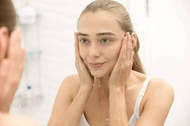 فوائد غسل الوجه بماء الساخن