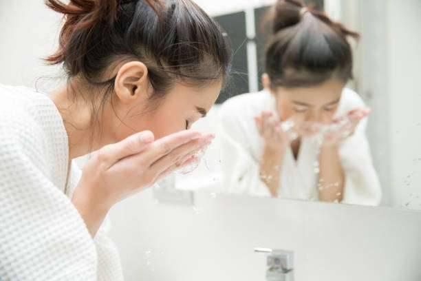 فوائد غسل الوجه بالماء فقط