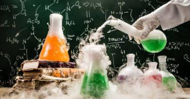 ابحث في إسهامات الكيميائيين في تعرّف خصائص الأحماض والقواعد