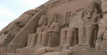 اذكر أمثلة على آثار لحضارات قديمة يدرسها علماء الاثار